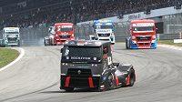 Adam Lacko si jede s tahačem Renault pro vítězství v závodu ME na Nürburgringu.