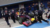 Nechanici tlačí monopost Red Bull mistra světa Sebastiana Vettela do garáže.