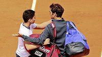 Mladý fanoušek se dožaduje společné fotografie s Rogerem Federerem. Ten ale gestikuluje na ochranku, která chlapce na kurt vůbec neměla vpustit.