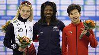 Tři nejlepší ženy závodu na 500 m ze SP v Naganu. Zleva druhá Nikola Zdráhalová, první Erin Jacksonová z USA a třetí Tian z Číny.