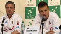 Český tenista Tomáš Berdych (vpravo) a daviscupový kapitán Jaroslav Navrátil mluví s novináři v Ženevě před utkáním se Švýcarskem.