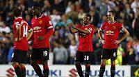 Roztrpčení fotbalisté Manchesteru United po jednom z inkasovaných gólů na hřišti třetiligového Milton Keynes.