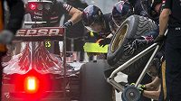 Mechanici týmu Toro Rosso nasazují mokré gumy na monopost Carlose Sainze.