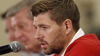 Kapitán anglického národního výběru Steven Gerrard na tiskové konferenci.