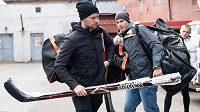 Hokejisté Michal Jordán (vpředu) a Tomáš Fořt přicházejí na sraz hokejové reprezentace v Praze.