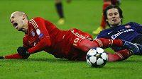 Skluz! Tomáš Rosický sestřelil z trávníku Arjena Robbena z Bayernu Mnichov.