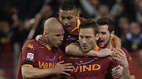 Francesco Totti (druhý zprava) slaví vyrovnávací trefu v městském derby proti Laziu Řím.
