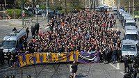 Fanoušci fotbalové Sparty pochodují z Letné do Vršovic na derby se Slavií.