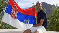 Srb Novak Djokovič s trofejí pro vítěze v Indian Wells.