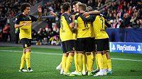 Fotbalisté Dortmundu oslavují gól na 1:0 během utkání základní skupiny Ligy mistrů na hřišti Slavie.