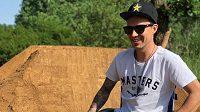 Freestyle motokrosař Libor Podmol musí na divoké triky na motocyklu po vážném zranění zatím zapomenout.