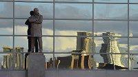Socha manažera fotbalistů Manchesteru United Sira Alexe Fergusona před stadionem Old Trafford.