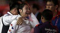 Zdrcenou a plačící Sin A Lam museli z planše odvést členové korejského realizačního týmu