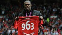 Fenomenální sprinter Usain Bolt pózuje s dresem Manchesteru United, číslo symbolizuje hodnotu Jamajčanova olympijského rekordu na stovce