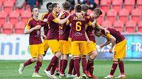 Fotbalisté Dukly Praha oslavují gól na 1:1 v derby se Slavií hraném v Edenu. Nakonec zápas skončil nerozhodně 2:2.