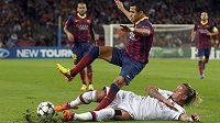 Obětavý skluz obránce AC Milán Philippa Mexese na Nou Campu.