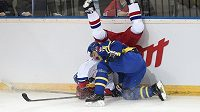 Český útočník Jakub Klepiš padá hlavou k ledu po faulu švédského obránce Daniela Rahimiho během utkání turnaje Channel One Cup.
