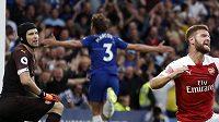 Brankář Arsenalu Petr Čech kapituloval v utkání s Chelsea. Vpravo se mračí jeho spoluhráč Shkodran Mustafi, vítězný gól Chelsea vstřelil Marcos Alonso.