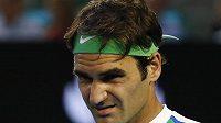 Švýcar Roger Federer při semifinále Australian Open se Srbem Novakem Djokovičem.
