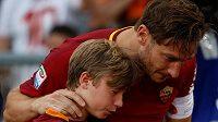 Francesco Totti, hvězda AS Řím i celé italské ligy, se synem Cristianem po posledním utkání kariéry.