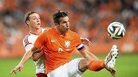 Nizozemec Robin van Persie zpracovává míč před Jamesem Chesterem z Walesu.