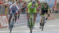Ital Marco Canola (uprostřed) vyhrál 13. etapu Giro d'Italia před Venezuelanem Jacksonem Rodriguezem (vlevo) a Angelem Tulikem z Francie.
