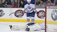 Otřesený brankář Edmontonu Ilja Bryzgalov zůstává ležet na ledě po srážce s útočníkem Dallasu Ryanem Garbuttem. Přihlíží obránce Oilers Justin Schultz (č. 19).