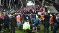 Pořadatelé v Amiens pomáhají zraněným fanouškům Lille.