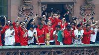 Fotbalisté Frankfurtu při oslavách vítězství v Německém poháru.