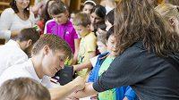 Tomáš Verner při startu projektu olympijského víceboje pro děti rozdal stovky autogramů.