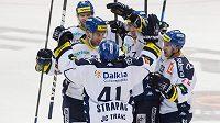 Hokejisté Vítkovic se radují ze vstřelení gólu.