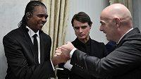 Někdejší hvězda afrického fotbalu Nwankwo Kanu (vlevo) přišel při cestě z Londýna do dějiště blížícího se fotbalového mistrovství světa v Rusku o hotovost.
