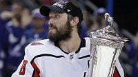Alexandr Ovečkin s trofejí pro vítěze finále Východní konference NHL.