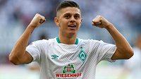 Milot Rashica z Werderu Brémy slaví vítězný gól v ligovém utkání s Frankfurtem.