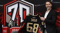 Jaromír Jágr pózuje s dresem Omsku se svým jménem a číslem, který od Avangardu v pondělí dostal při příležitosti sedmdesátiletého výročí od založení klubu.