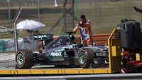 Vůz Lewise Hamiltona skončil v prvním měřeném tréninku na korbě odtahového vozu.