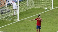 Španěl David Villa se raduje z gólu proti Tahiti.