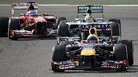 Pilot Red Bullu Sebastian Vettel na čele Velké ceny Bahrajnu.