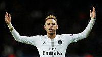 Brazilec Neymar se raduje z gólu proti Liverpoolu v Lize mistrů.