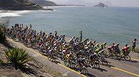 Pole cyklistů při hromadném závodě poblíž Grumari beach.