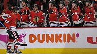 Český útočník Chicaga Blackhawks Dominik Kubalík (8) slaví se spoluhráči svůj gól v utkání NHL.
