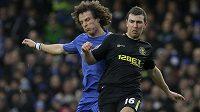 David Luiz z Chelsea (vlevo) bojuje v utkání Premier League s Jamesem McArthurem z Wiganu.