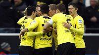 Radost fotbalistů Borussie Dortmund z gólu proti Augsburgu.