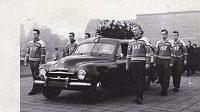 Hokejisté Chomutova na pohřbu pěti členů týmu, kteří v roce 1956 nepřežili havárii letadla při návratu z turnaje ve Švýcarsku.