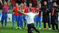 Trenér Pavel Vrba se loučí s fanoušky po vítězném utkání Ligy mistrů s CSKA Moskva.