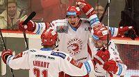 Třinečtí hokejisté slaví vyrovnávací gól proti Chomutovu. Zleva Tomáš Linhart, Daniel Rákos a Jakub Petružálek.