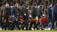 Útočníka Swansea Bafetimbiho Gomise odnášejí na nosítkách z hřiště. Testy v nemocnici ale prokázaly, že se nejedná o vážné zranění.