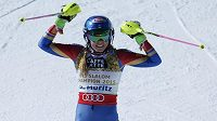 Mikaela Shiffrinová se raduje po dojezdu do cíle slalomu.