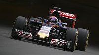 Max Verstappen s vozem Toro Rosso na trati v Monte Carlu.
