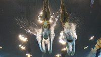 České akvabely Soňa Bernardová a Alžběta Dufková se vrhají do bazénu před technickým programem.